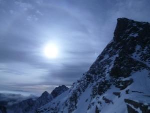 日輪と幻日(岩壁のすぐ左)が天候悪化を知らせる