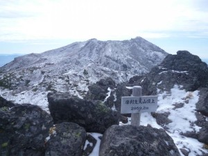 摩利支天から見た剣が峰。噴火口は頂上の反対側のため見えません