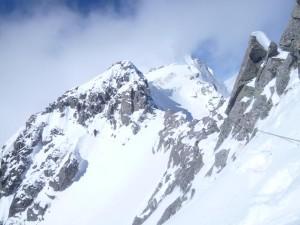 岩峰の下の急斜面でロープを再びつけた