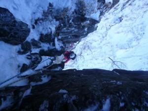 北西稜1P目。バランス悪いが、ペツルが打たれたので、なんてことはない。前に敗退した時は、岩の突起にスリングを巻いてごまかしプリテクションで登ったものだが・・・
