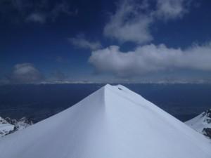 雪でナイフになった頂上。伊那谷の向こうに南アが見えた