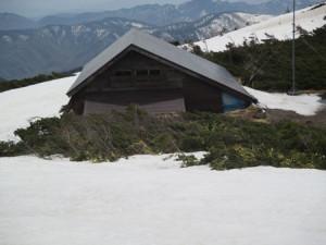 立派な避難小屋。