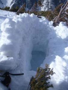 棺桶を入れられそうな雪洞ならぬ雪穴