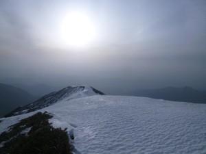 頂上付近で、真っ直ぐ伸びる尾根の上に太陽が上がった