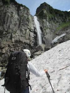 六ノ沢、穴毛大滝。落差50m以上はありそう。