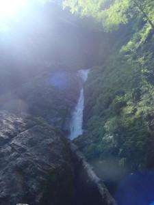 大きな一ノ滝。滝口左側に見えるクラックにカムをかませて登った