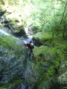 一ノ滝の二段目を登る。遙か下に釜が見える