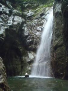 美しい滝に打たれてみた