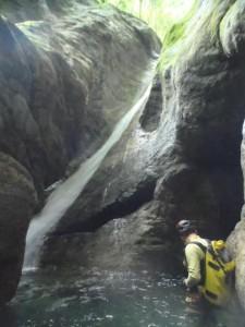 美しい滑り台のような滝