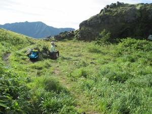 中尾峠で焼岳を眺めながら休憩。