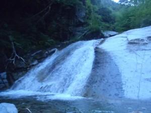 細尾沢に入ってすぐ出てくるきれいなナメ滝