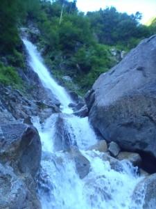 水しぶきが大きくはねる大滝