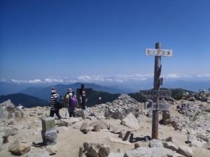 人混みに恐れをなして、頂上の滞在時間は10秒のみ
