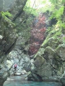 左右から滝が落ちる不思議なゴルジュ。正面には赤壁が