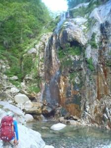 この滝の手前には、テントが張れそうなテーブル状の大きな岩があった