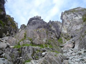 右の中央ルンゼに進む。奥壁右峰と左峰が見える