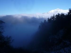 白出沢を上がっていくと、雲の間から白装束の笠ヶ岳が秀麗な姿を現した