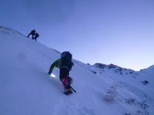2日目。中崎尾根から西鎌尾根に上がる急斜面で、明るくなってきた