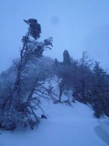 森林限界に近づくと、カニのはさみと呼ばれる岩が見えた