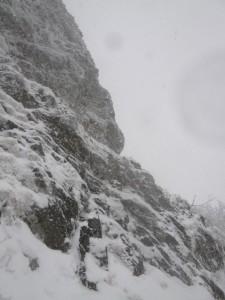 この岩場を右上する。下は切れ落ちている
