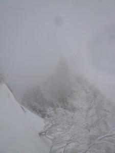 猛吹雪に煙るとんがり岩