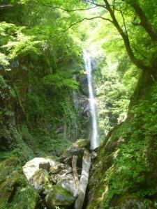 二俣を右に入り、まもなく高滝にぶつかる