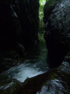 渡りきって一息。左岸には手がかりがちょくちょくあり、水流も強くなく、あまり苦しくない