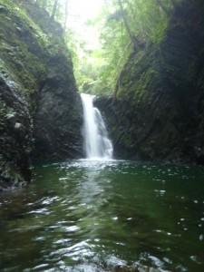 最初の滝。左から簡単に巻けるが、トラロープが邪魔