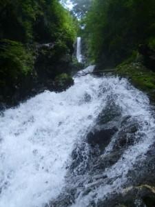 奥の直瀑は左岸巻きだが、ルート取りによってはかなりスリリング