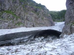 五ノ沢出合(右上)にかけて150mぐらいの雪渓に埋まっていた