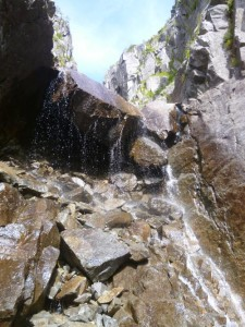 問題の滝。右のクラックから。全身がずぶ濡れになった