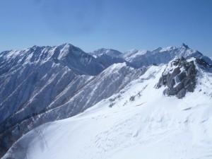 ここから見ると稜線も雪がたんまりありそうに見えるが・・・