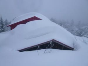 雪に埋もれる越百山小屋。新雪は20~30センチ