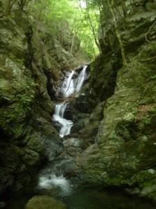 右俣最初の滝。これは何とか登れたが・・・