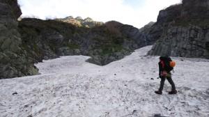 雪渓から南稜を眺める